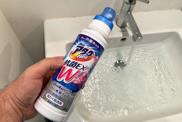 条件は、洗面台に水をたっぷりためて、洗剤を入れるだけ。今回はこちらの洗剤を使いました