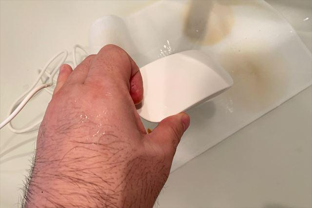 先ほど同様に4種類の汚れが付いた布巾を水の中に浸して、本体を投入します