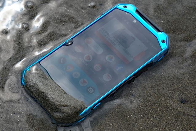 It is compatible with seawater (salt water) following the previous model. There are not many waterproof smartphones, but few models claim salt water compatibility