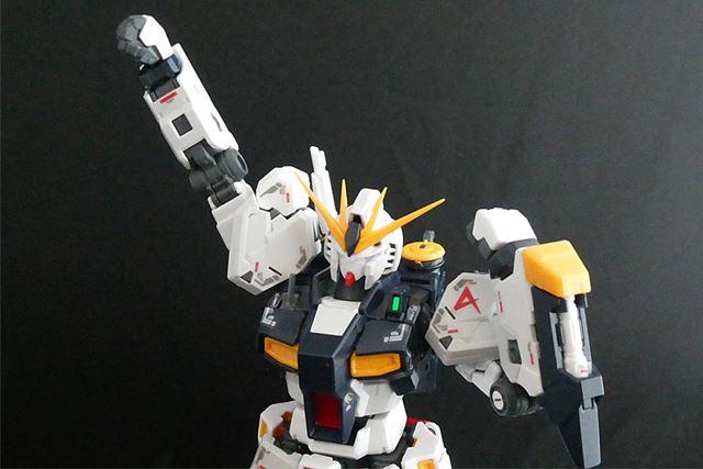 大きな肩アーマーも自在に動き、両腕もよく動きます。肘関節もなめらかです