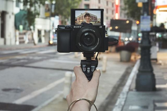 シューティンググリップを使用したα6100での動画撮影のイメージ