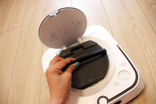 タンクを本体に装着したら準備完了。クリーンボタンを押せばすぐに掃除を始められます