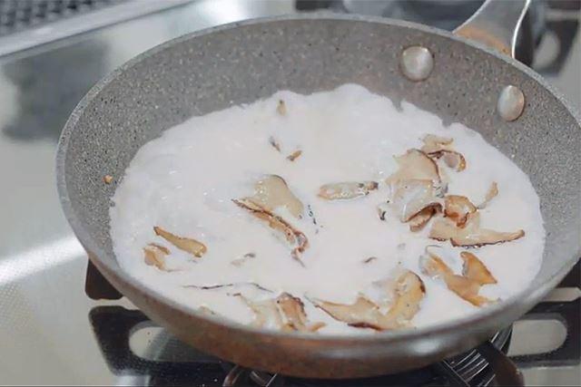 そして今回のレシピのもうひとつのポイントが、生クリームとしいたけで作る「ぜいたくソース」