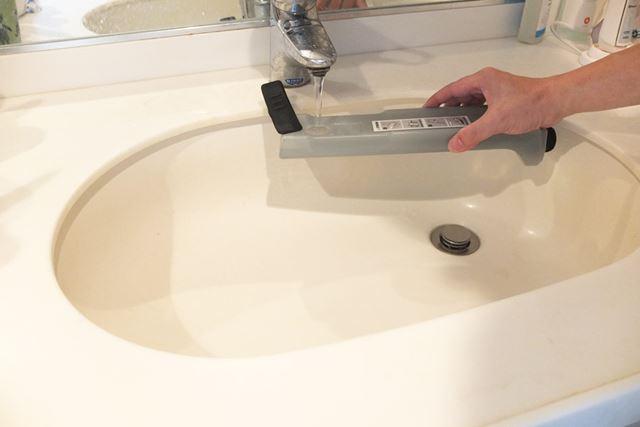 本体スティック部裏の給水タンクを外し、タンクキャップを開けて給水します。タンク容量は360mlです
