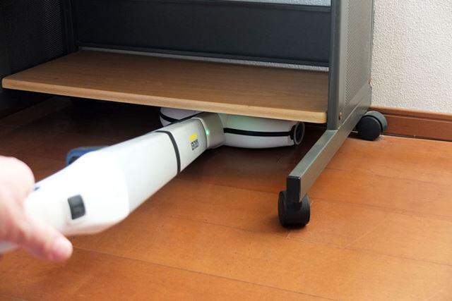 グリップをひねりながらスティック部を倒すことで、ラックの下など高さのない場所も拭き掃除できます