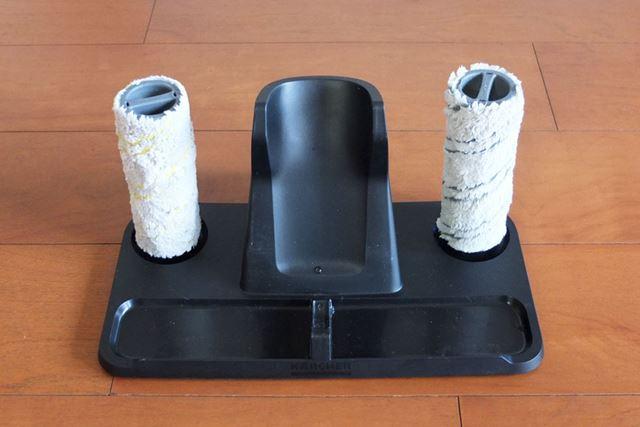 洗ったローラーは、スタンドの両端に立てかけて乾かせます