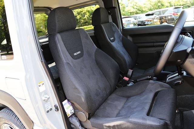S氏のジムニーのシートには、レカロのセミバケットシートが装着されている