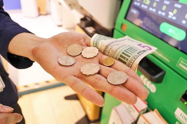今回返却してもらった硬貨。変わった形の硬貨はかなり前に訪れた香港の「香港ドル」、ということをこのタイミングで思い出しました。行ったの何年前だったっけ……