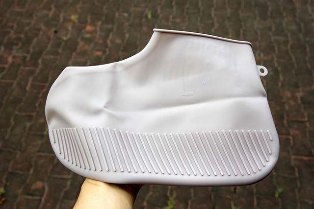 商品を広げた印象は、風呂掃除用の靴みたいで微妙