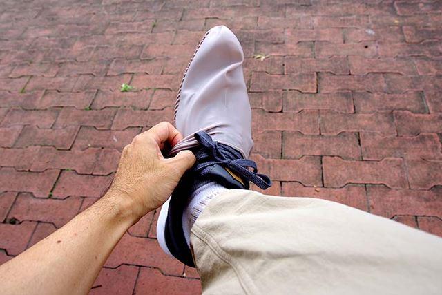焦って履くと破れそうになるので、ていねいに装着しよう