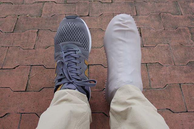 片足だけカバーを履くと、「怪我をしてギプスをしている人」みたいだが、履くときは両足なので大丈夫だ