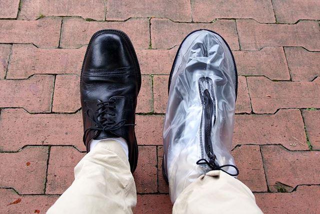 黒いチャックのシックなデザインなので、意外と革靴との相性がいい