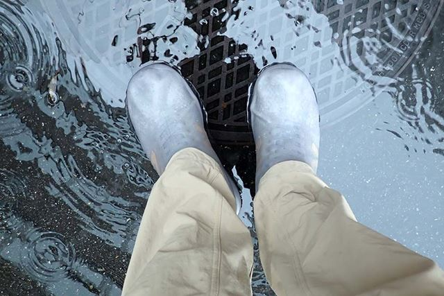 このくらいの雨なら全然平気。これを履いて東へ行きます