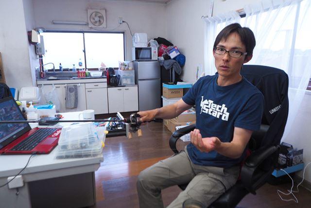 「こうやって、左手でラインをつまむと感度がいいですね」と川村さん