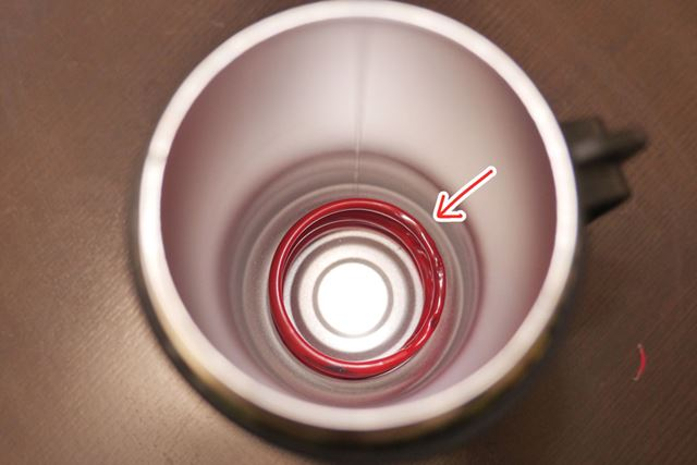 底にバネが仕込まれていて、多少、サイズの違うペットボトルでも使えるようになっています