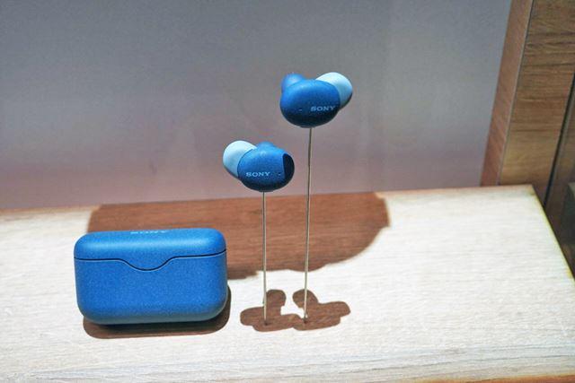 こちらはブルーのモデル。ブラック以外はツートンカラーが特徴
