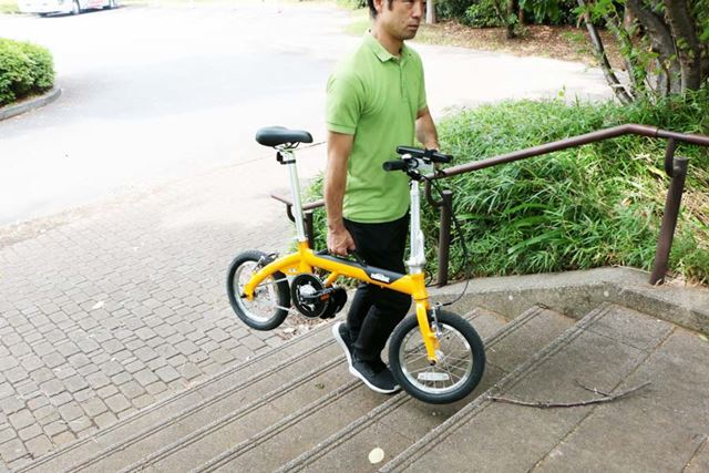 ハンドルを持つと車体が安定するので、自転車を持ち上げて階段の上り下りもしやすい