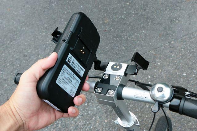 バッテリーはマグネットと金具で留められているだけなので、簡単に着脱できる。バッテリーの重量は約640g