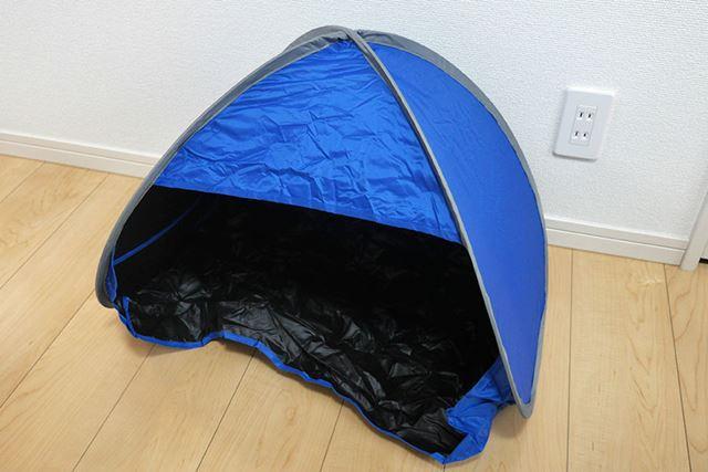 開くと、超小型のテントといった雰囲気