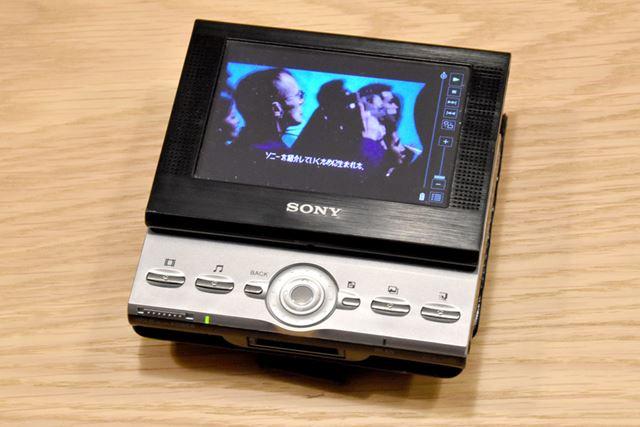 PEG-VZ90。有機ELディスプレイを備え、抜群の映像美を誇った最後のCLIE。価格は9万円前後