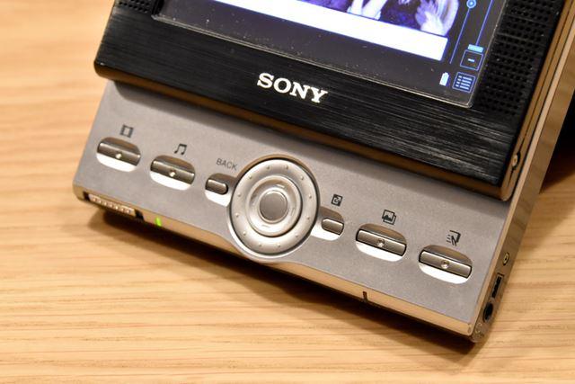 PEG-VZ90のスライド部分にある、ディスクジョグ(中心の円の部分)