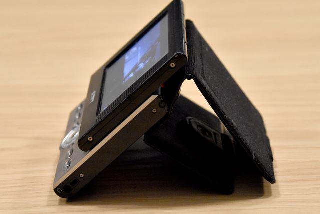 PEG-VZ90を側面から見たところ。ケースが支えになって、見やすい角度を保てる
