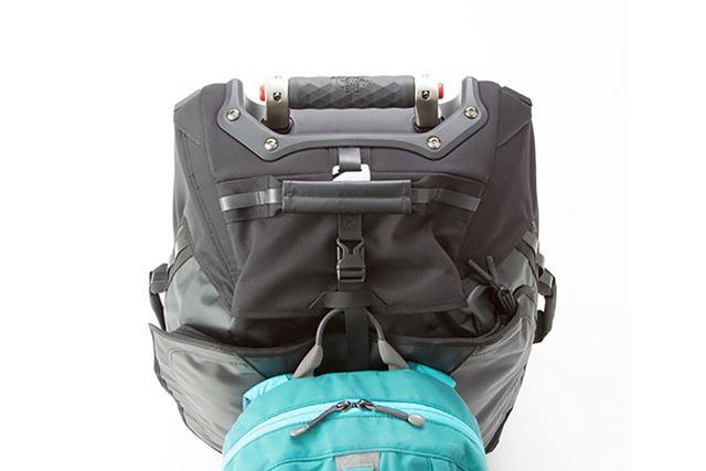 付属ストラップを使えば、持ち歩き用のデイバッグなどをサッと吊り下げられる