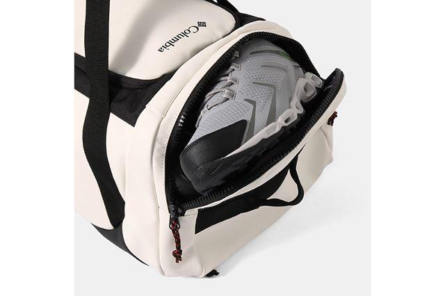 バックパック時のトップには、靴をほかの荷物と分けて収納できるシューズポケットを搭載