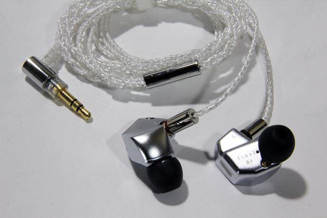 final「B3」は、フロストシルバーカラーのイヤホン本体とOFCシルバーコートケーブルの組み合わせだ