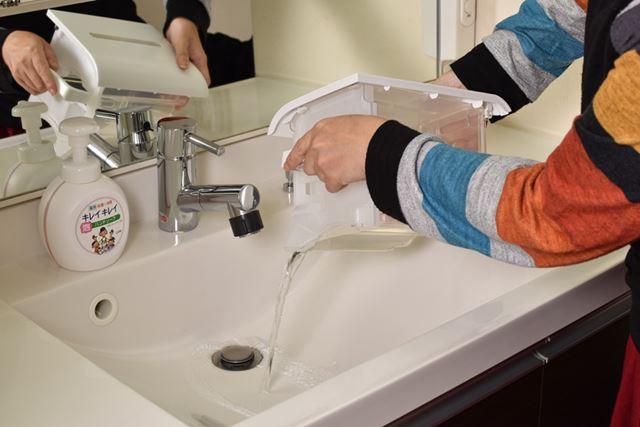排水タンクのフタを取り外さなくても水を捨てられるのも◎