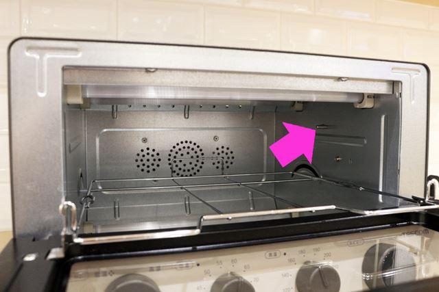 庫内側面に配置された温度センサーで庫内の温度をチェックし、設定温度に保たれるように温度を制御