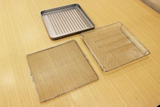 平たい網と脚の付いた網、そして深さのあるトレイが付属するので、これらを使って調理します