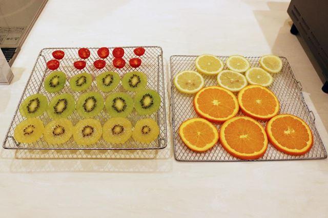 時間のかかる調理なので、網を2枚使用。約3mmの厚みに輪切りしたフルーツを並べます
