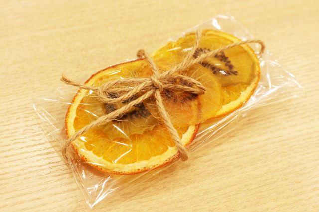 このように乾燥させたフルーツをラッピングすれば、ちょっとしたプレゼントに!