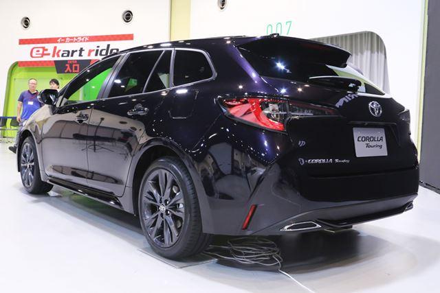 ワゴンタイプのトヨタ 新型「カローラツーリング」のフロントエクステリアとリアエクステリア