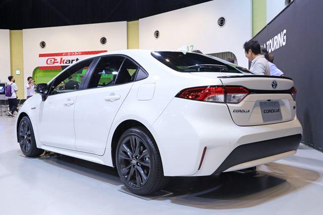 セダンタイプのトヨタ 新型「カローラ」のフロントエクステリアとリアエクステリア