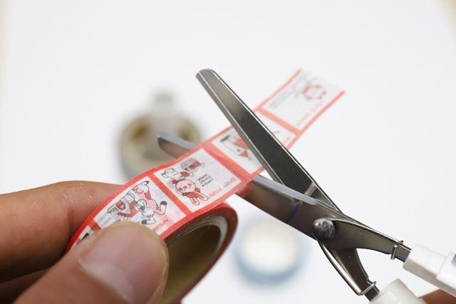 刃の部分には細い段差がついており、ネバネバとしたテープの粘着材が付着するのを防ぐ構造