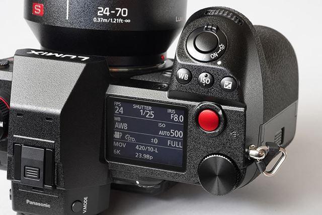 上面右側。1.8型のモノクロステータスLCDを搭載するほか、赤色で大きな形状の動画ボタンも備わっている
