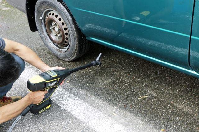 そして、車体下を洗う時はノズルを上に向ければOK(下の動画参照)