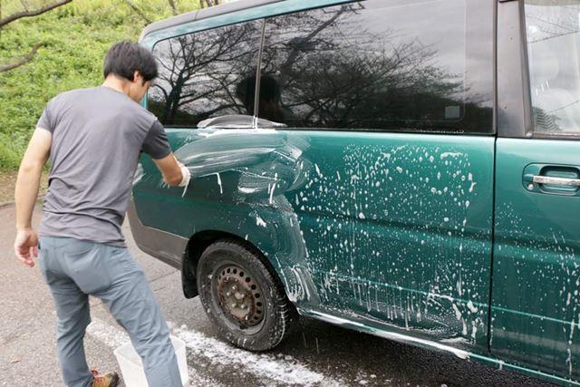 ということで、洗剤で自動車を洗う