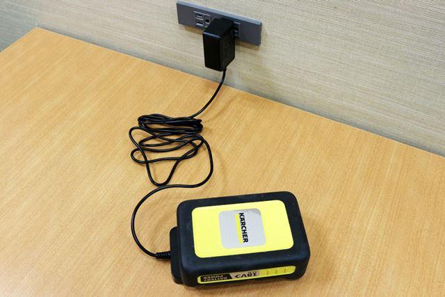バッテリーの充電は専用の充電器で行う。バッテリー残量ゼロの状態から満充電になるまで約310分かかる