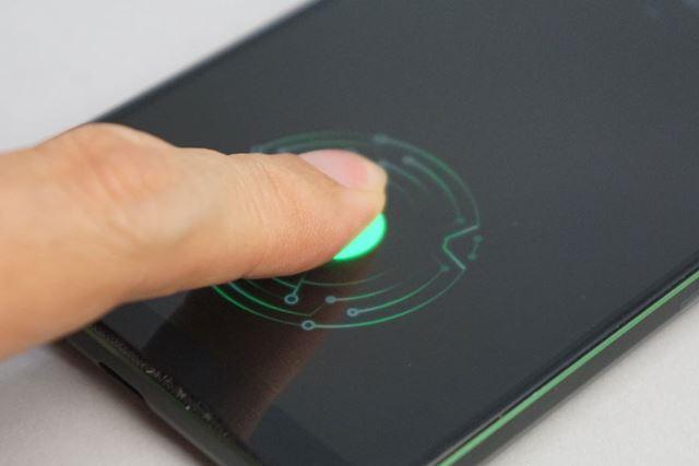 指紋認証センサーをディスプレイに内蔵。解除する際に魔法陣のような模様が広がる