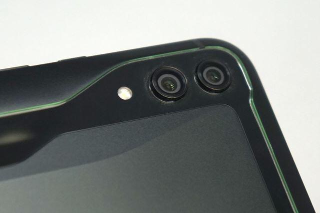 メインカメラは、映像記録用と視差計測用という組み合わせのデュアルカメラ。光学ズーム機能は備えていない