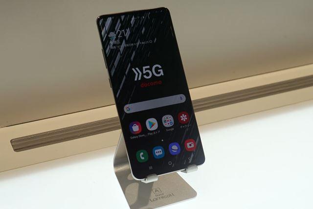 サムスン製の5G対応スマホ。5G通信はミリ波とSub 6の両方に対応している