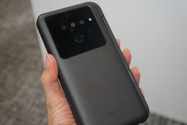 LG製の5G対応スマホの裏面。超広角、広角、望遠の組み合わせのトリプルカメラを搭載している