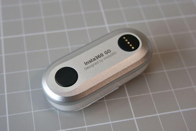 背面には撮影の開始/停止用のボタン(左)と充電と通信用端子(右)があります