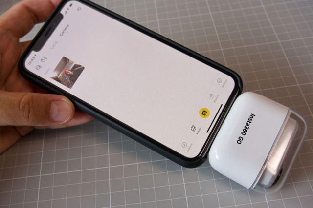 iPhoneなどスマートフォンにケースを直挿しすることで、撮影した動画や画像の転送を行います