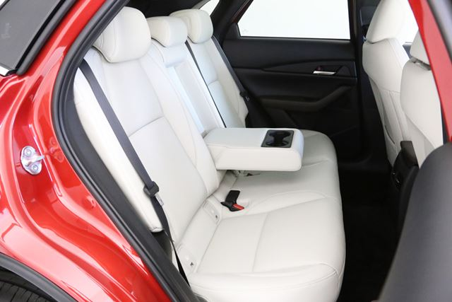 フロントシート、リアシートともに、CX-3よりも広い空間が確保されている