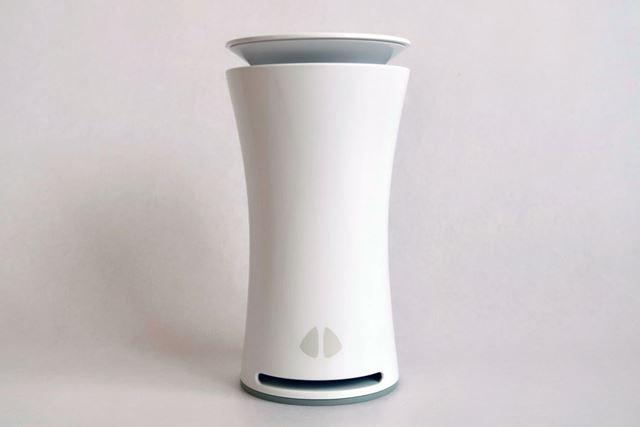 スマート空気センサーデバイス「uHoo(ユーフー)」。中央がシェイプされた水筒を思わせるボディだ