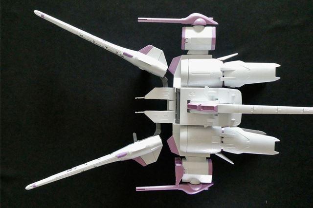 「120cm高エネルギー収束火線砲」は前方にスライド移動でき、左右に展開します